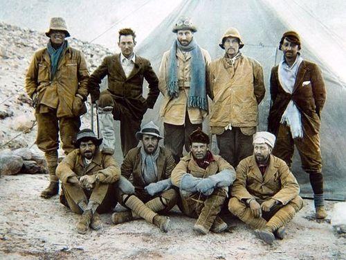 Członkowie brytyjskiej wyprawy na Mt. Everest w 1924 r. - Mallory drugi od lewej stoi w drugim rzędzie; fot. goryonline.com